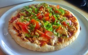Pizza met pittige houmous en verse kruiden