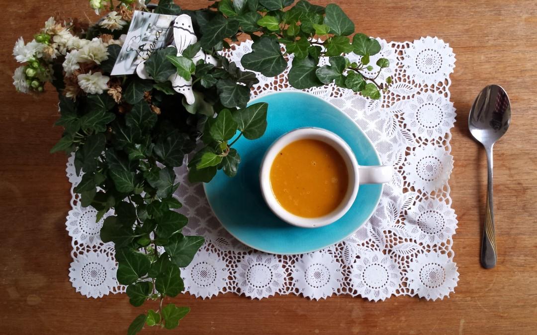 Ovengeroosterde pompoen-wortelsoep